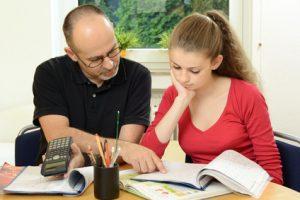Schlerin bekommt Nachhilfe in Mathematik